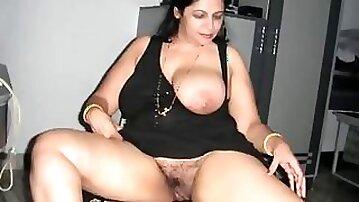 Arab Aunty giving oral-service