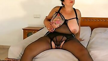 Bbw masturbating her pulled open cunt